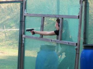 Střelba jednou rukou byla ztížena připoutáním druhé ruky k pevné překážce
