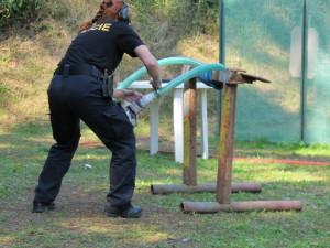Bravurně zacházet s pouty musí umět každý policista