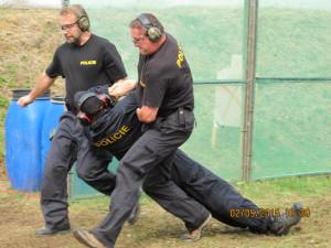 Na stagi pro družstva policisté simulovali záchranu zraněného kolegy