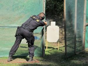 Policisté byli nuceni střílet z různých poloh a úhlů