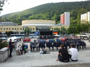 slavnostní zahájení na náměstí sjednocení v centru města zvaného Waffenstadt (tedy město vyrábějící zbraně)